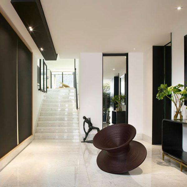 A casa abriga uma impressionante coleção de arte e de mobiliário assinado por grandes mestres