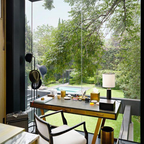 As amplas janelas proporcionam a vista para o jardim