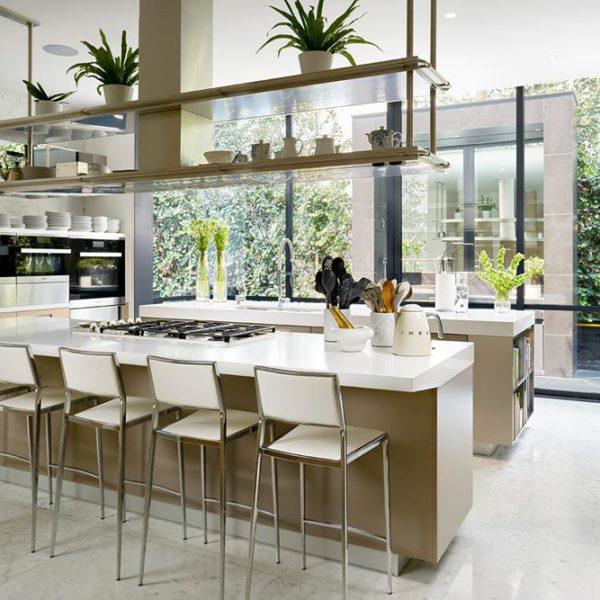 Linhas puras e modernas na cozinha