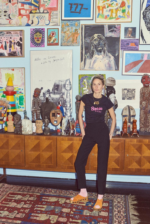 Emma e seu aparador suíço, coberto por arte e totens de várias partes do mundo