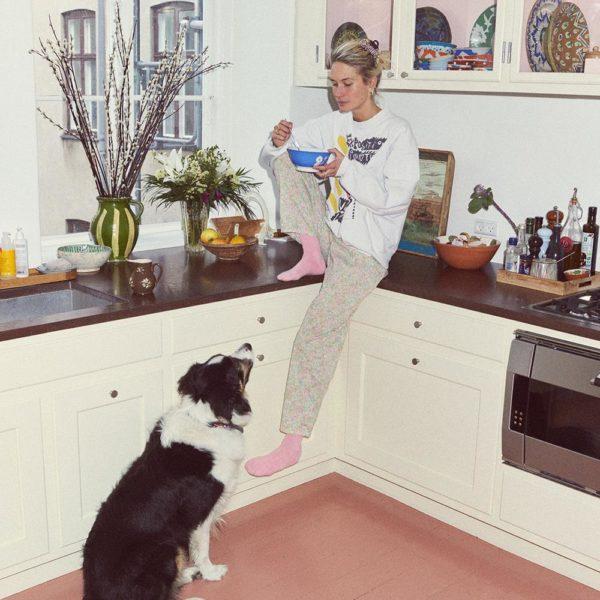 Emma e um dos cães da família, Makker