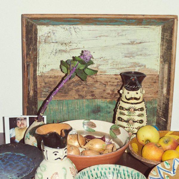 Bowls e pequenos objetos na cozinha do casal em Copenhagen