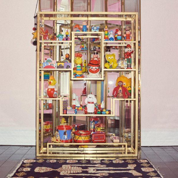 Brinquedos antigos na estante art deco