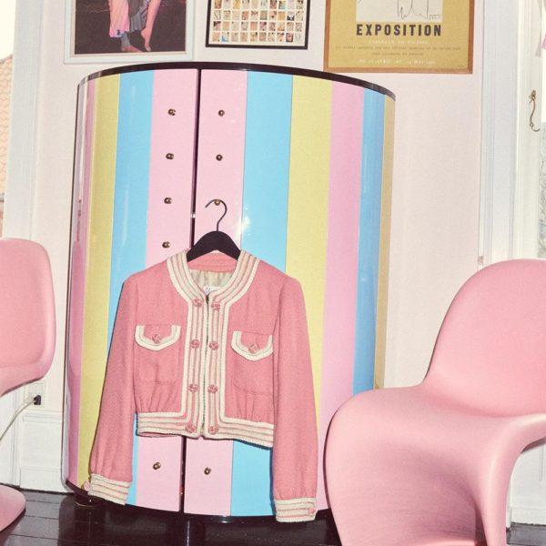 Cômoda anos 1960 e casaco Chanel
