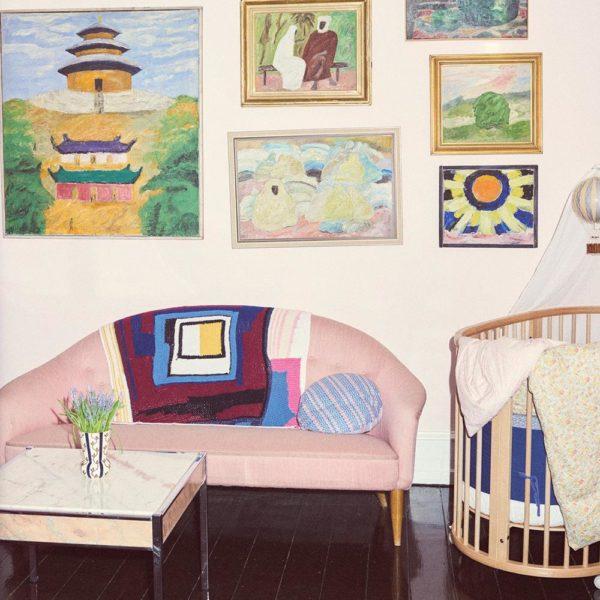 Pintura, no quarto de Abel, Olivia Holm-Møller e sofá Verner Panton