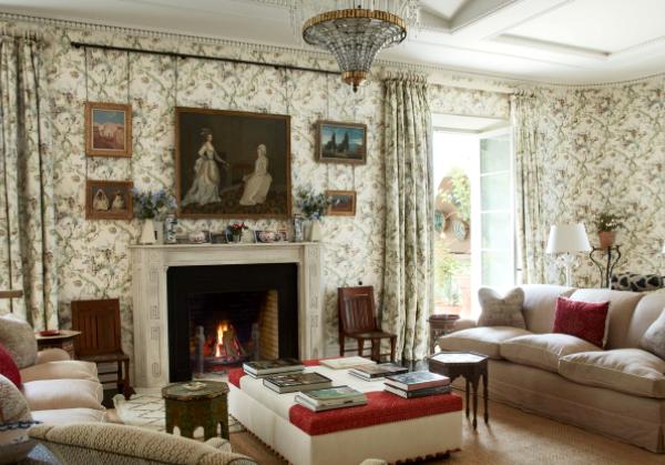O living, bem inglês, recebeu estampas nas cortinas e paredes