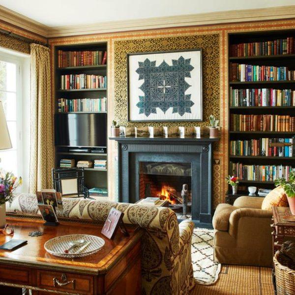 O ouro/camelo foi a cor escolhida para protagonista na biblioteca da propriedade de Grenney no Marrocos. As cortinas tem exatamente o mesmo tom das paredes, em composição para lá de elegante
