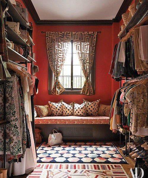 Sob a janela, a cama tem as dimensões de uma cama de solteiro e acomoda os hóspedes da família