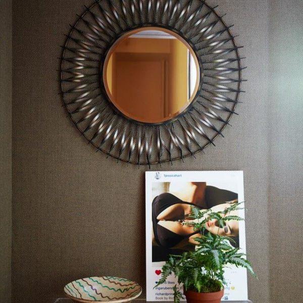 No hall de entrada, papel de parede Pierre Frey e espelho vintage