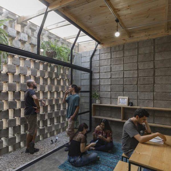 Além do óbvio belo efeito estético, o cobogó favorece a ventilação e confere privacidade