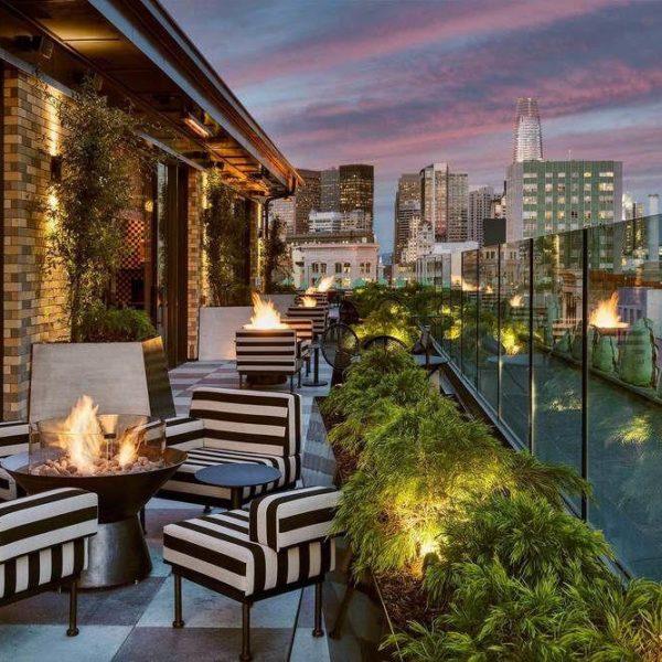 O terraço, com poltronas revestidas em tecido listrado P&B, mais um acerto de Kelly Weastler