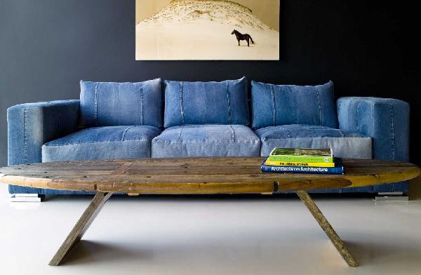 As texturas naturais, como a madeira, fazem bonito na parceria com o jeans, associado à descontração