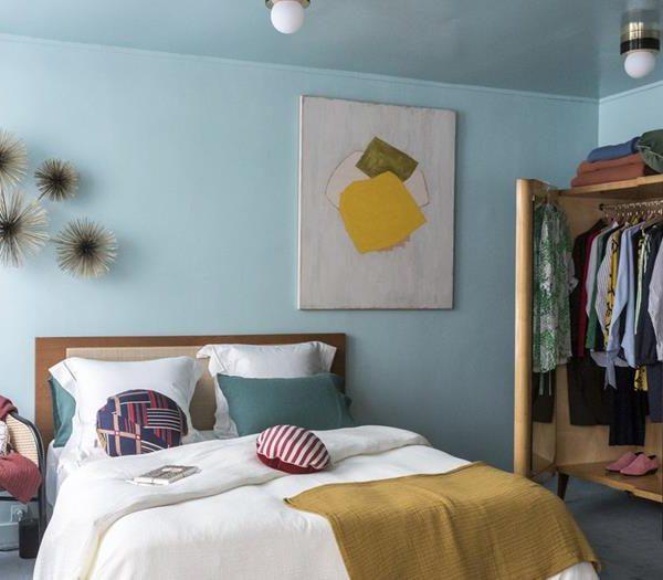 No quarto, o azul claro, outra das cores que já há algum tempo está em alta, faz pano de fundo para mobiliário em madeira e quadros
