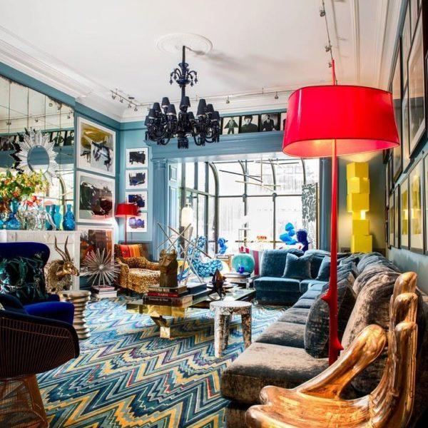 Hand-foot Chair, de Pedro Friedeberg em primeiro plano no living, faz companhia ao sofá de Willy Rizzo