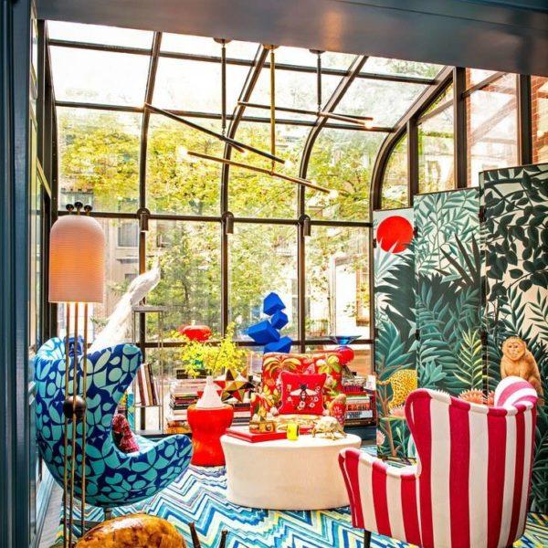 Profusão de cores e azul turquesa como carro chefe na townhouse em Manhattan