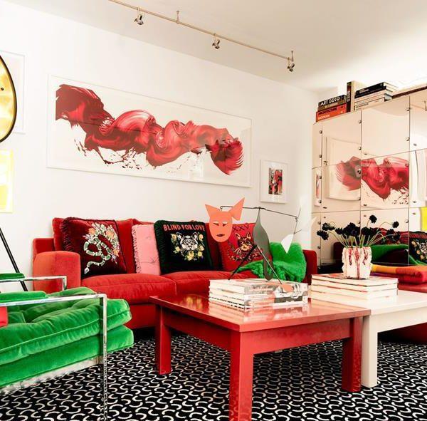 Sobre o sofá B&B Italia recheado das lindas almofadas da Gucci, pintura de James Nares. Sobre a mesa, escultura Alexander Calder