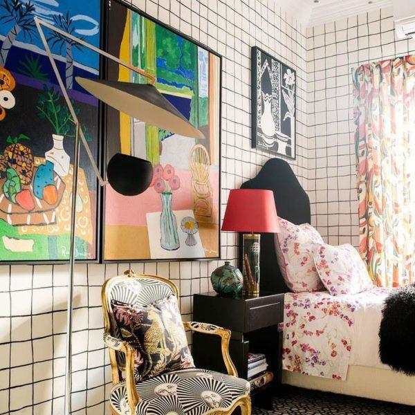 No quarto de hóspedes, almofada Gucci e jogo de clássico e moderno