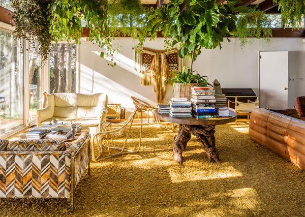 A arejada sala de estar recebeu paleta de cores dos anos 1970 e incorpora tapete felpudo e tapeçarias na parede e móveis vintage, provenientes em parte de Amsterdã