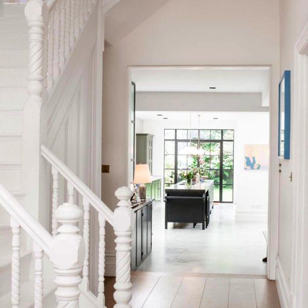 O hall de entrada já deixa entrever o jardim, um luxo na capital inglesa