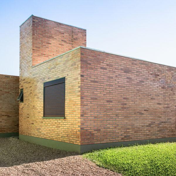 Ana Camila Vieira assina o projeto que usa o tijolo como material principal, o que barateia a obra em até 40%, segundo entendidos