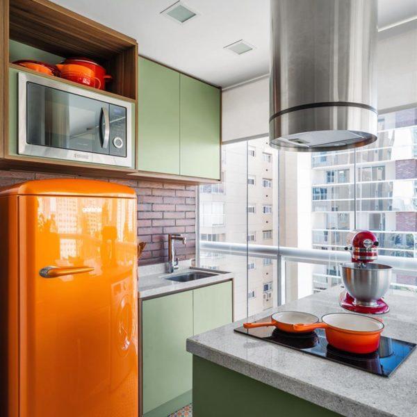 A geladeira laranja é ponto de atração na cozinha