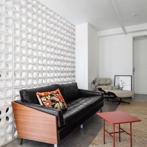 A parede de cobogós confere privacidade ao quarto e ao mesmo tempo preserva ventilação e  iluminação