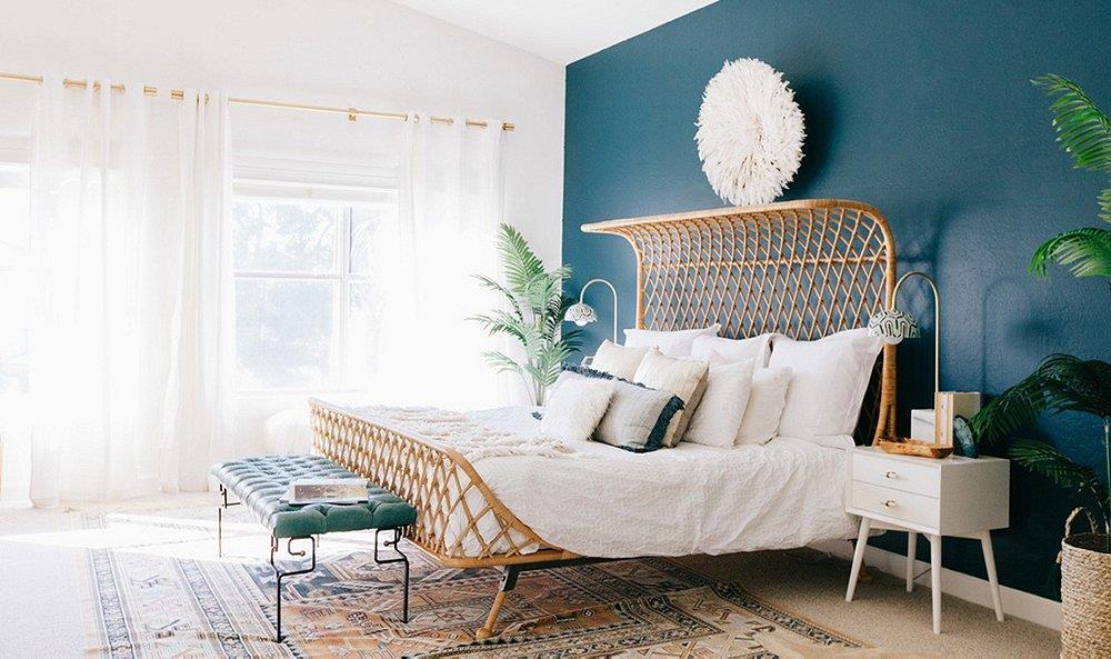 A parede azul noite traz mistério e sofisticação, clima que pode ser quebrado pelo mobiliário branco, como o que você já tem e objetos de materiais naturais. Cor Horizonte Azul, Suvinil. Aposte!