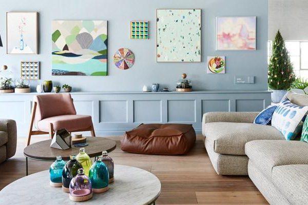 Azul, camelo e rosa na decoração de Diana e Katia Brooks. Use cor Espelho d'Agua, um azul claro cheio de bossa! Suvinil