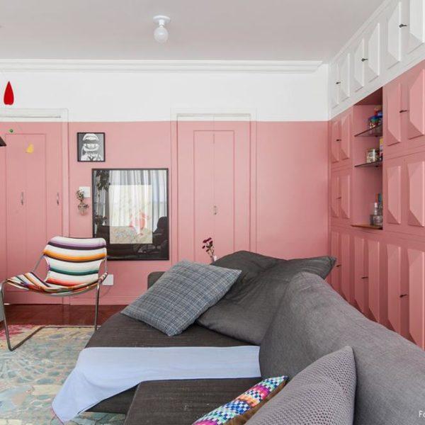 Deixar uma faixa em cima, perto do teto, confere graça à pintura. Esse tipo de solução é especialmente adequada à uma decoração despretensiosa, como deve ser em uma casa de praia. De Viviane Saraiva da pro.a arquitetos