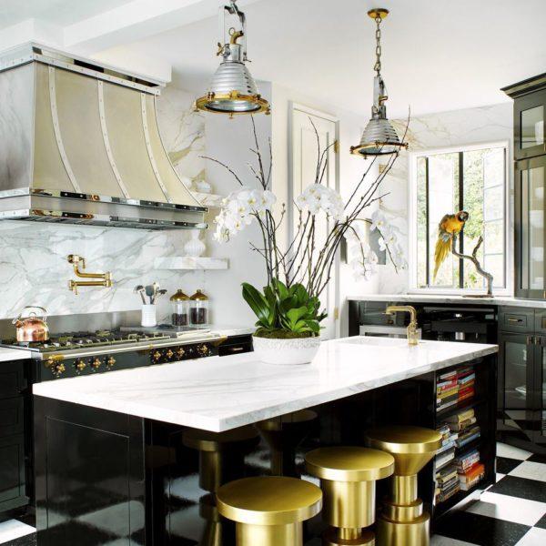 O dourado aparece também na cozinha, com piso P&B, super tradicioanl