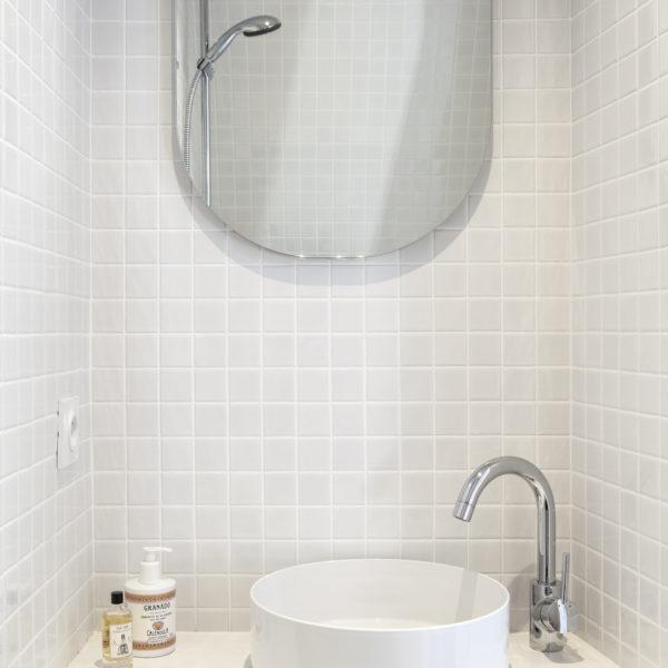 No banheiro, o branco dá o tom