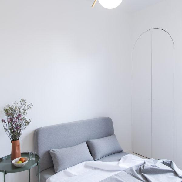 Ao lado da cama, um pequeno armário