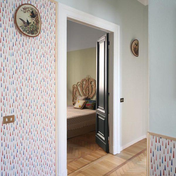 A moldura em madeira faz acabamento no papel de parede