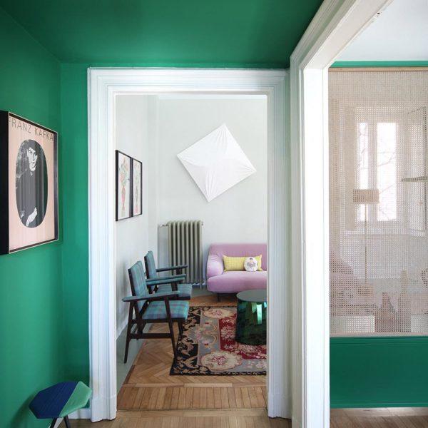 O piso lindo dispensa comentários. Verde profundo nas paredes do apartamento ultra descolado em Milão