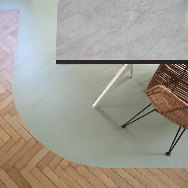 O piso pintado delimita a sala de jantar