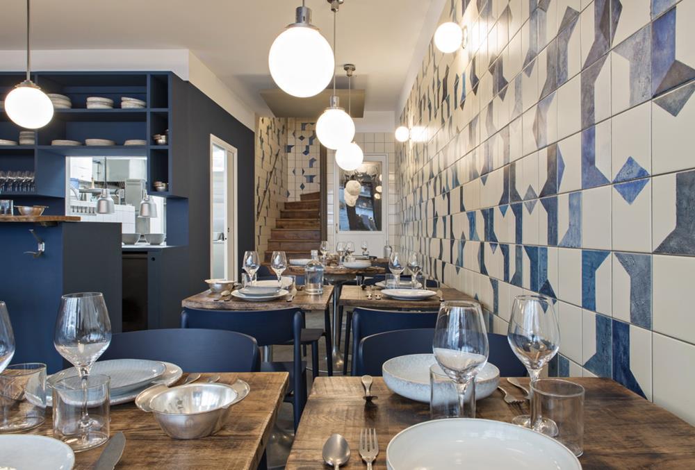 Belle Maison, restaurante em Paris, com azulejos azuis e brancos, um clássico