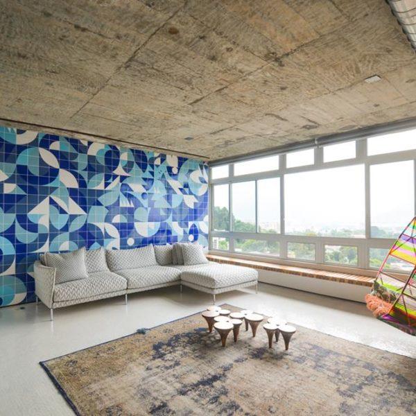 Azulejos MUDA no living, em ambientação de Gisele Taranto