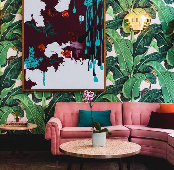 Martinica, papel de parede clássico e lindo, faz fundo perfeito para o sofá  rosa. Cool!