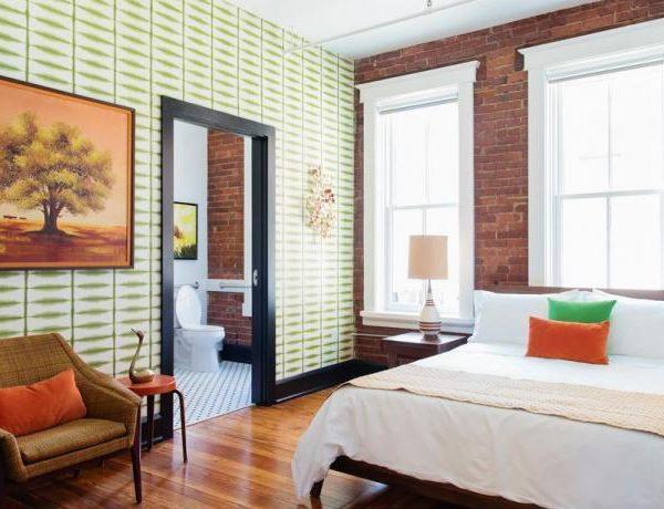 O papel de parede sempre tem um lugar de protagonista na decoração do The Dwell Hotel