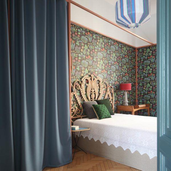 """No quarto o papel de cores mais intensas, faz """"pano de fundo"""" para a cama em fibra natural. Observe a moldura que dá o acabamento no papel, solução pouco comum"""