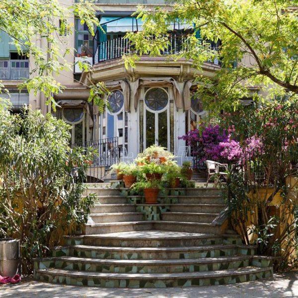 O apartamento dá direto no jardim, e aqui podemos ver as portas do living