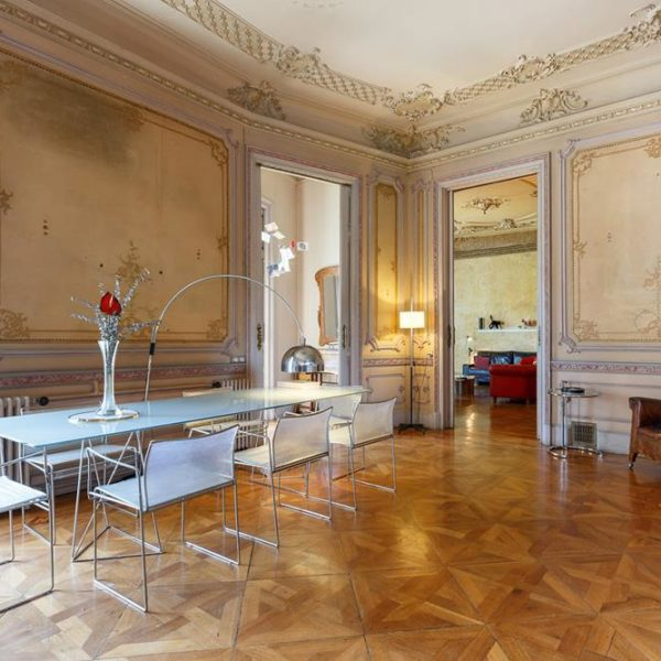 O piso em madeira é maravilhoso. Na sala de jantar, luminária de Achille & Pier Giacomo Castiglioni, de 1962, faz companhia estrelada à mesinha lateral para lá de linda de Eillen Gray