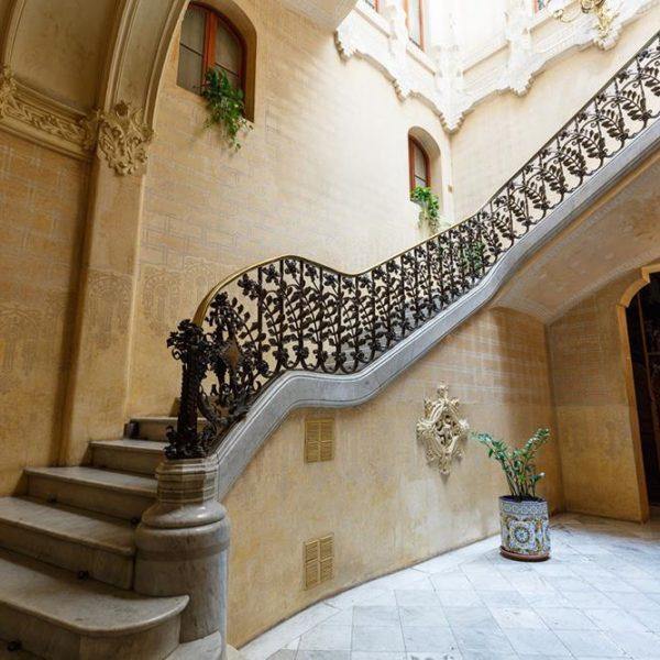 A escada com guarda corpo em ferro fundido adornado com plantas. Maravilhoso