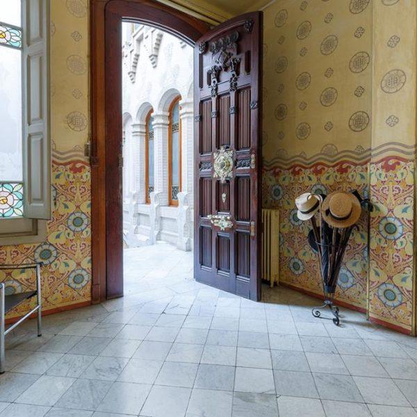 A entrada deste que foi o apartamento reservado por Ricardo Ramos, dono do prédio e empresário que encomendou a empreitada, para si mesmo