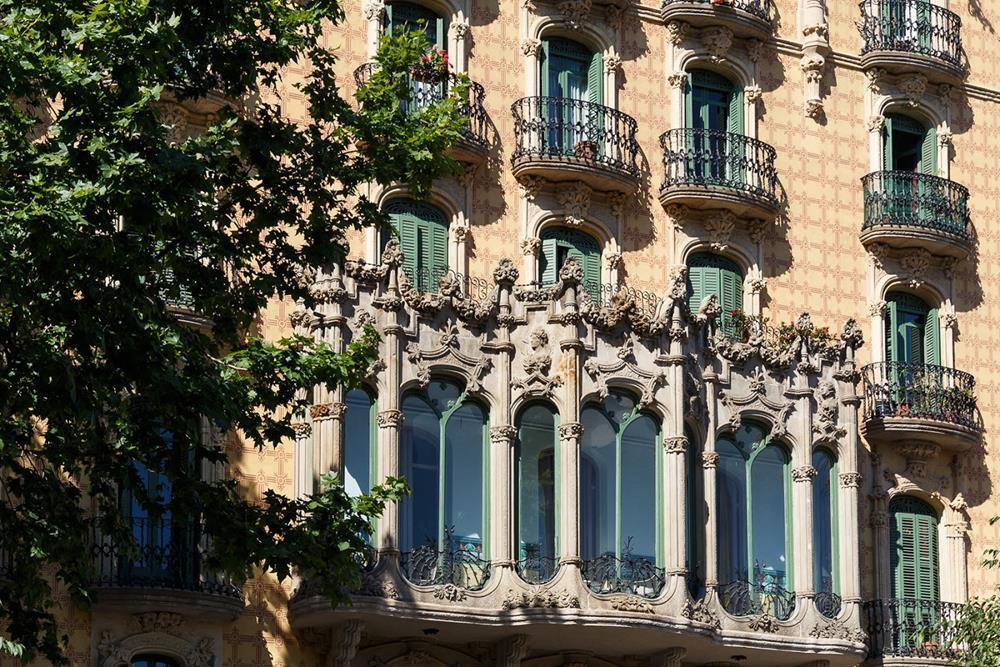 A fachada elaborada, de estilo art nouveau, tem ainda elementos góticos e foi projetada pelo arquiteto modernista Jaume Torres i Grau
