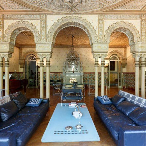 Os proprietários optaram por mobiliário que deixam o protagonismo para os elementos decorativos