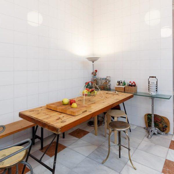 A mesa de madeira maciça acomoda para as refeições na cozinha