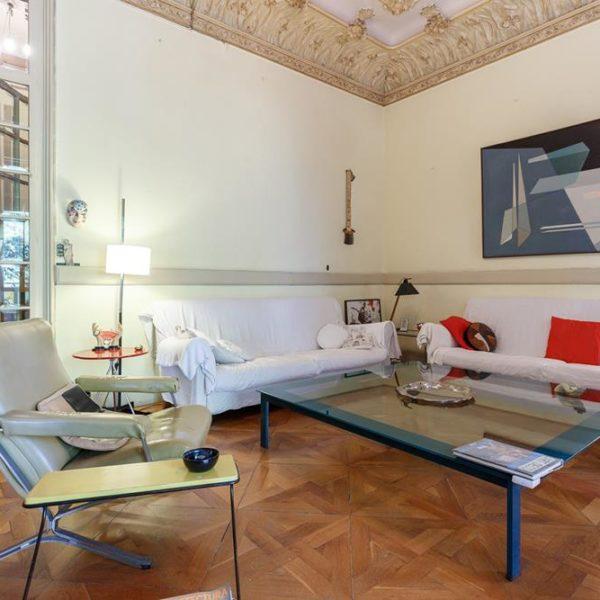 Outro ângulo da sala de TV desse genial apartamento em Barcelona