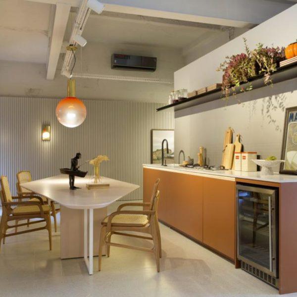 A cozinha em tons claros é servida por uma mesa super bacana. Ponto para Shehtman