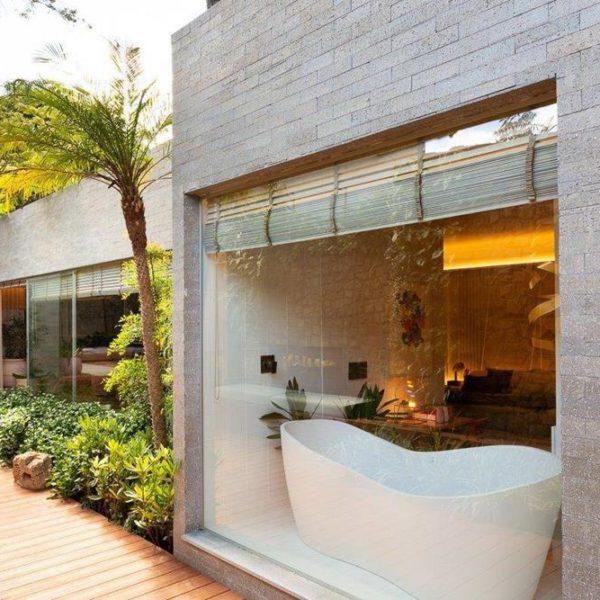 A banheira se comunica com o entorno, em solução cada vez mais desejada
